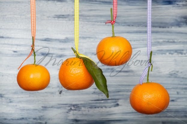 Mandarins are hanging against the old white board – Stock photos from around the world
