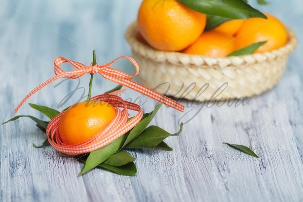 Mandarins in the colored tape – Stock photos from around the world
