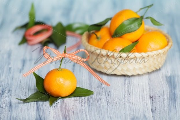 Mandarins on the old blue-white table – Stock photos from around the world