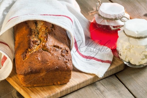 Banana bread wrapped in a tea towel – Stock photos from around the world